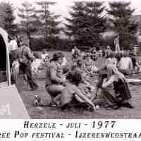 <strong>Free pop festival jeugdhuis Pluto  -  1977/78</strong><br> ©Herzele in Beeld<br><br><a href='https://www.herzeleinbeeld.be/Foto/1002/Free-pop-festival-jeugdhuis-Pluto-----1977/78'><u>Meer info over de foto</u></a>