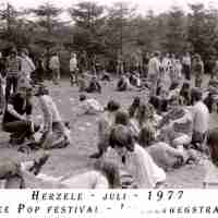 <strong>Free pop festival jeugdhuis Pluto  -  1977/78</strong><br> ©Herzele in Beeld<br><br><a href='https://www.herzeleinbeeld.be/Foto/1003/Free-pop-festival-jeugdhuis-Pluto-----1977/78'><u>Meer info over de foto</u></a>
