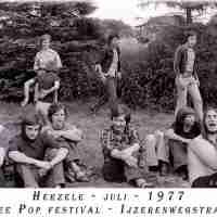 <strong>Free pop festival jeugdhuis Pluto  -  1977/78</strong><br> ©Herzele in Beeld<br><br><a href='https://www.herzeleinbeeld.be/Foto/1004/Free-pop-festival-jeugdhuis-Pluto-----1977/78'><u>Meer info over de foto</u></a>