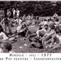 <strong>Free pop festival jeugdhuis Pluto  -  1977/78</strong><br> ©Herzele in Beeld<br><br><a href='https://www.herzeleinbeeld.be/Foto/1005/Free-pop-festival-jeugdhuis-Pluto-----1977/78'><u>Meer info over de foto</u></a>
