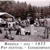 <strong>Free pop festival jeugdhuis Pluto</strong><br>1977 ©Herzele in Beeld<br><br><a href='https://www.herzeleinbeeld.be/Foto/1006/Free-pop-festival-jeugdhuis-Pluto'><u>Meer info over de foto</u></a>
