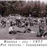 <strong>Free pop festival jeugdhuis Pluto  -  1977/78</strong><br> ©Herzele in Beeld<br><br><a href='https://www.herzeleinbeeld.be/Foto/1008/Free-pop-festival-jeugdhuis-Pluto-----1977/78'><u>Meer info over de foto</u></a>