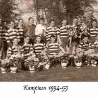 <strong>KVC De Toekomst - Uit de oude doos</strong><br>01-01-1960 ©Herzele in Beeld<br><br><a href='https://www.herzeleinbeeld.be/Foto/1049/KVC-De-Toekomst---Uit-de-oude-doos'><u>Meer info over de foto</u></a>