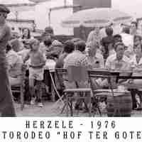 <strong>Autorodeo hof ter Goten  -  1976</strong><br> ©Herzele in Beeld<br><br><a href='https://www.herzeleinbeeld.be/Foto/1126/Autorodeo-hof-ter-Goten-----1976'><u>Meer info over de foto</u></a>