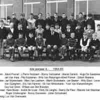 <strong>Klasfoto's Herzele - Meester Marcel De Backer</strong><br>1964 ©Herzele in Beeld<br><br><a href='https://www.herzeleinbeeld.be/Foto/119/Klasfotos-Herzele---Meester-Marcel-De-Backer'><u>Meer info over de foto</u></a>