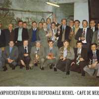 <strong>Duivenkampioenen  -  1973</strong><br> ©Herzele in Beeld<br><br><a href='https://www.herzeleinbeeld.be/Foto/1190/Duivenkampioenen-----1973'><u>Meer info over de foto</u></a>