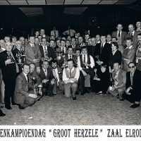 <strong>Duivenkampioenen  -  1973</strong><br> ©Herzele in Beeld<br><br><a href='https://www.herzeleinbeeld.be/Foto/1192/Duivenkampioenen-----1973'><u>Meer info over de foto</u></a>