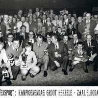 <strong>Duivenkampioenen  -  1973</strong><br> ©Herzele in Beeld<br><br><a href='https://www.herzeleinbeeld.be/Foto/1193/Duivenkampioenen-----1973'><u>Meer info over de foto</u></a>
