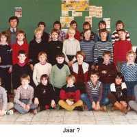 <strong>Klasfoto's Herzele - Meester Marcel De Backer</strong><br>1980 ©Herzele in Beeld<br><br><a href='https://www.herzeleinbeeld.be/Foto/130/Klasfotos-Herzele---Meester-Marcel-De-Backer'><u>Meer info over de foto</u></a>