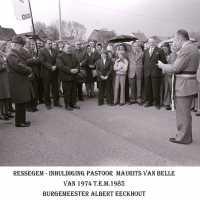 <strong>Inhuldiging pastoor Maurits Van Belle te Ressegem  -  1974</strong><br> ©Herzele in Beeld<br><br><a href='https://www.herzeleinbeeld.be/Foto/1357/Inhuldiging-pastoor-Maurits-Van-Belle-te-Ressegem-----1974'><u>Meer info over de foto</u></a>