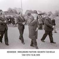 <strong>Inhuldiging pastoor Maurits Van Belle te Ressegem  -  1974</strong><br> ©Herzele in Beeld<br><br><a href='https://www.herzeleinbeeld.be/Foto/1358/Inhuldiging-pastoor-Maurits-Van-Belle-te-Ressegem-----1974'><u>Meer info over de foto</u></a>
