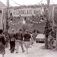 <strong>Viering 100 jaar Heilige Cornelius -   Sint Antelinks  -  1977</strong><br> ©Herzele in Beeld<br><br><a href='https://www.herzeleinbeeld.be/Foto/1360/Viering-100-jaar-Heilige-Cornelius-----Sint-Antelinks-----1977'><u>Meer info over de foto</u></a>