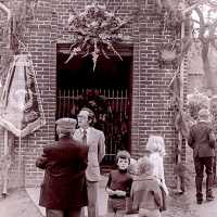 <strong>Viering 100 jaar Heilige Cornelius -   Sint Antelinks  -  1977</strong><br> ©Herzele in Beeld<br><br><a href='https://www.herzeleinbeeld.be/Foto/1364/Viering-100-jaar-Heilige-Cornelius-----Sint-Antelinks-----1977'><u>Meer info over de foto</u></a>