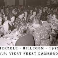 <strong>CVP Feest damesbond  -  1975</strong><br> ©Herzele in Beeld<br><br><a href='https://www.herzeleinbeeld.be/Foto/1371/CVP-Feest-damesbond-----1975'><u>Meer info over de foto</u></a>