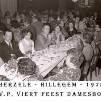 <strong>CVP Feest damesbond  -  1975</strong><br> ©Herzele in Beeld<br><br><a href='https://www.herzeleinbeeld.be/Foto/1373/CVP-Feest-damesbond-----1975'><u>Meer info over de foto</u></a>