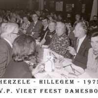 <strong>CVP Feest damesbond  -  1975</strong><br> ©Herzele in Beeld<br><br><a href='https://www.herzeleinbeeld.be/Foto/1376/CVP-Feest-damesbond-----1975'><u>Meer info over de foto</u></a>