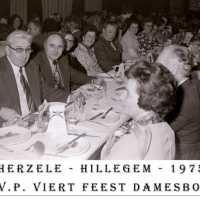 <strong>CVP Feest damesbond  -  1975</strong><br> ©Herzele in Beeld<br><br><a href='https://www.herzeleinbeeld.be/Foto/1377/CVP-Feest-damesbond-----1975'><u>Meer info over de foto</u></a>