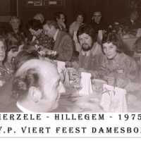 <strong>CVP Feest damesbond  -  1975</strong><br> ©Herzele in Beeld<br><br><a href='https://www.herzeleinbeeld.be/Foto/1379/CVP-Feest-damesbond-----1975'><u>Meer info over de foto</u></a>