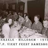 <strong>CVP Feest damesbond  -  1975</strong><br> ©Herzele in Beeld<br><br><a href='https://www.herzeleinbeeld.be/Foto/1381/CVP-Feest-damesbond-----1975'><u>Meer info over de foto</u></a>