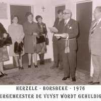 <strong>Inhuldiging burgemeester De Vuyst te  Borsbeke  -  1976</strong><br> ©Herzele in Beeld<br><br><a href='https://www.herzeleinbeeld.be/Foto/1382/Inhuldiging-burgemeester-De-Vuyst-te--Borsbeke-----1976'><u>Meer info over de foto</u></a>