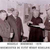 <strong>Inhuldiging burgemeester De Vuyst te  Borsbeke  -  1976</strong><br> ©Herzele in Beeld<br><br><a href='https://www.herzeleinbeeld.be/Foto/1383/Inhuldiging-burgemeester-De-Vuyst-te--Borsbeke-----1976'><u>Meer info over de foto</u></a>