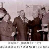 <strong>Inhuldiging burgemeester De Vuyst te  Borsbeke  -  1976</strong><br> ©Herzele in Beeld<br><br><a href='https://www.herzeleinbeeld.be/Foto/1384/Inhuldiging-burgemeester-De-Vuyst-te--Borsbeke-----1976'><u>Meer info over de foto</u></a>