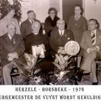 <strong>Inhuldiging burgemeester De Vuyst te  Borsbeke  -  1976</strong><br> ©Herzele in Beeld<br><br><a href='https://www.herzeleinbeeld.be/Foto/1388/Inhuldiging-burgemeester-De-Vuyst-te--Borsbeke-----1976'><u>Meer info over de foto</u></a>
