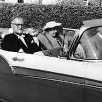<strong>Inhuldiging Burgemeester Maurits De Buysscher  -  1959</strong><br> ©Herzele in Beeld<br><br><a href='https://www.herzeleinbeeld.be/Foto/1390/Inhuldiging-Burgemeester-Maurits-De-Buysscher-----1959'><u>Meer info over de foto</u></a>