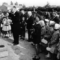 <strong>Inhuldiging Burgemeester Maurits De Buysscher  -  1959</strong><br> ©Herzele in Beeld<br><br><a href='https://www.herzeleinbeeld.be/Foto/1391/Inhuldiging-Burgemeester-Maurits-De-Buysscher-----1959'><u>Meer info over de foto</u></a>