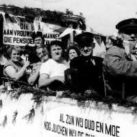 <strong>Inhuldiging Burgemeester Maurits De Buysscher  -  1959</strong><br> ©Herzele in Beeld<br><br><a href='https://www.herzeleinbeeld.be/Foto/1393/Inhuldiging-Burgemeester-Maurits-De-Buysscher-----1959'><u>Meer info over de foto</u></a>
