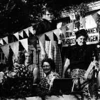 <strong>Inhuldiging Burgemeester Maurits De Buysscher  -  1959</strong><br> ©Herzele in Beeld<br><br><a href='https://www.herzeleinbeeld.be/Foto/1395/Inhuldiging-Burgemeester-Maurits-De-Buysscher-----1959'><u>Meer info over de foto</u></a>