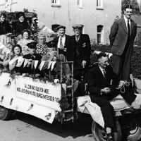 <strong>Inhuldiging Burgemeester Maurits De Buysscher  -  1959</strong><br> ©Herzele in Beeld<br><br><a href='https://www.herzeleinbeeld.be/Foto/1396/Inhuldiging-Burgemeester-Maurits-De-Buysscher-----1959'><u>Meer info over de foto</u></a>