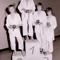 <strong>Judoclub Herzele  -  Met judoka Rudy Van Peteghem  -  1977</strong><br> ©Herzele in Beeld<br><br><a href='https://www.herzeleinbeeld.be/Foto/1553/Judoclub-Herzele-----Met-judoka-Rudy-Van-Peteghem-----1977'><u>Meer info over de foto</u></a>