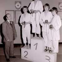 <strong>Judoclub Herzele  -  Met judoka Rudy Van Peteghem  -  1977</strong><br> ©Herzele in Beeld<br><br><a href='https://www.herzeleinbeeld.be/Foto/1554/Judoclub-Herzele-----Met-judoka-Rudy-Van-Peteghem-----1977'><u>Meer info over de foto</u></a>