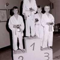 <strong>Judoclub Herzele  -  Met judoka Rudy Van Peteghem  -  1977</strong><br> ©Herzele in Beeld<br><br><a href='https://www.herzeleinbeeld.be/Foto/1555/Judoclub-Herzele-----Met-judoka-Rudy-Van-Peteghem-----1977'><u>Meer info over de foto</u></a>