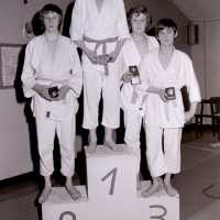 <strong>Judoclub Herzele  -  Met judoka Rudy Van Peteghem  -  1977</strong><br>01-01-1977 ©Herzele in Beeld<br><br><a href='https://www.herzeleinbeeld.be/Foto/1556/Judoclub-Herzele-----Met-judoka-Rudy-Van-Peteghem-----1977'><u>Meer info over de foto</u></a>