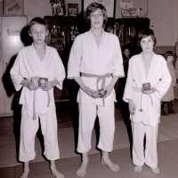 <strong>Judoclub Herzele  -  Met judoka Rudy Van Peteghem  -  1977</strong><br> ©Herzele in Beeld<br><br><a href='https://www.herzeleinbeeld.be/Foto/1557/Judoclub-Herzele-----Met-judoka-Rudy-Van-Peteghem-----1977'><u>Meer info over de foto</u></a>