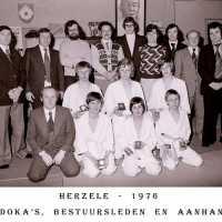 <strong>Judoclub Herzele  -  Met judoka Rudy Van Peteghem  -  1977</strong><br>01-01-1977 ©Herzele in Beeld<br><br><a href='https://www.herzeleinbeeld.be/Foto/1558/Judoclub-Herzele-----Met-judoka-Rudy-Van-Peteghem-----1977'><u>Meer info over de foto</u></a>