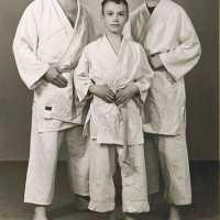 <strong>Judoclub Herzele  -  Met judoka Rudy Van Peteghem  -  1977</strong><br>01-01-1977 ©Herzele in Beeld<br><br><a href='https://www.herzeleinbeeld.be/Foto/1559/Judoclub-Herzele-----Met-judoka-Rudy-Van-Peteghem-----1977'><u>Meer info over de foto</u></a>
