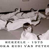 <strong>Judoclub Herzele  -  Met judoka Rudy Van Peteghem  -  1977</strong><br> ©Herzele in Beeld<br><br><a href='https://www.herzeleinbeeld.be/Foto/1560/Judoclub-Herzele-----Met-judoka-Rudy-Van-Peteghem-----1977'><u>Meer info over de foto</u></a>