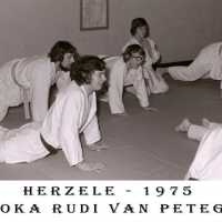 <strong>Judoclub Herzele  -  Met judoka Rudy Van Peteghem  -  1977</strong><br> ©Herzele in Beeld<br><br><a href='https://www.herzeleinbeeld.be/Foto/1561/Judoclub-Herzele-----Met-judoka-Rudy-Van-Peteghem-----1977'><u>Meer info over de foto</u></a>