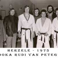 <strong>Judoclub Herzele  -  Met judoka Rudy Van Peteghem  -  1977</strong><br> ©Herzele in Beeld<br><br><a href='https://www.herzeleinbeeld.be/Foto/1562/Judoclub-Herzele-----Met-judoka-Rudy-Van-Peteghem-----1977'><u>Meer info over de foto</u></a>
