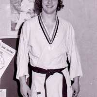 <strong>Judoclub Herzele  -  Met judoka Rudy Van Peteghem  -  1977</strong><br>01-01-1977 ©Herzele in Beeld<br><br><a href='https://www.herzeleinbeeld.be/Foto/1563/Judoclub-Herzele-----Met-judoka-Rudy-Van-Peteghem-----1977'><u>Meer info over de foto</u></a>