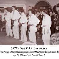 <strong>Judoclub Herzele  -  Met judoka Rudy Van Peteghem  -  1977</strong><br> ©Herzele in Beeld<br><br><a href='https://www.herzeleinbeeld.be/Foto/1565/Judoclub-Herzele-----Met-judoka-Rudy-Van-Peteghem-----1977'><u>Meer info over de foto</u></a>