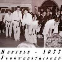 <strong>Judoclub Herzele  -  Met judoka Rudy Van Peteghem  -  1977</strong><br> ©Herzele in Beeld<br><br><a href='https://www.herzeleinbeeld.be/Foto/1566/Judoclub-Herzele-----Met-judoka-Rudy-Van-Peteghem-----1977'><u>Meer info over de foto</u></a>