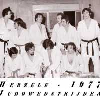 <strong>Judoclub Herzele  -  Met judoka Rudy Van Peteghem  -  1977</strong><br> ©Herzele in Beeld<br><br><a href='https://www.herzeleinbeeld.be/Foto/1567/Judoclub-Herzele-----Met-judoka-Rudy-Van-Peteghem-----1977'><u>Meer info over de foto</u></a>
