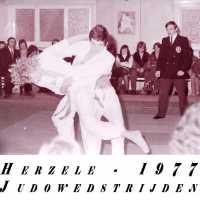 <strong>Judoclub Herzele  -  Met judoka Rudy Van Peteghem  -  1977</strong><br> ©Herzele in Beeld<br><br><a href='https://www.herzeleinbeeld.be/Foto/1568/Judoclub-Herzele-----Met-judoka-Rudy-Van-Peteghem-----1977'><u>Meer info over de foto</u></a>