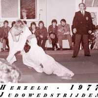 <strong>Judoclub Herzele  -  Met judoka Rudy Van Peteghem  -  1977</strong><br> ©Herzele in Beeld<br><br><a href='https://www.herzeleinbeeld.be/Foto/1569/Judoclub-Herzele-----Met-judoka-Rudy-Van-Peteghem-----1977'><u>Meer info over de foto</u></a>