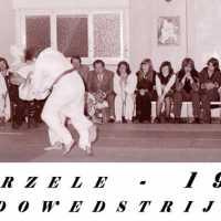 <strong>Judoclub Herzele  -  Met judoka Rudy Van Peteghem  -  1977</strong><br> ©Herzele in Beeld<br><br><a href='https://www.herzeleinbeeld.be/Foto/1570/Judoclub-Herzele-----Met-judoka-Rudy-Van-Peteghem-----1977'><u>Meer info over de foto</u></a>