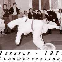 <strong>Judoclub Herzele  -  Met judoka Rudy Van Peteghem  -  1977</strong><br> ©Herzele in Beeld<br><br><a href='https://www.herzeleinbeeld.be/Foto/1571/Judoclub-Herzele-----Met-judoka-Rudy-Van-Peteghem-----1977'><u>Meer info over de foto</u></a>